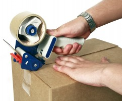 упаковка коробки с помощью диспенсера